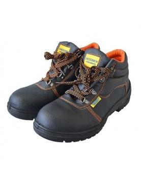 Професионални работни обувки от естествена кожа. С дишаща подплата и противохлъзгаща маслоустойчива полиуретанова подметка. Пред